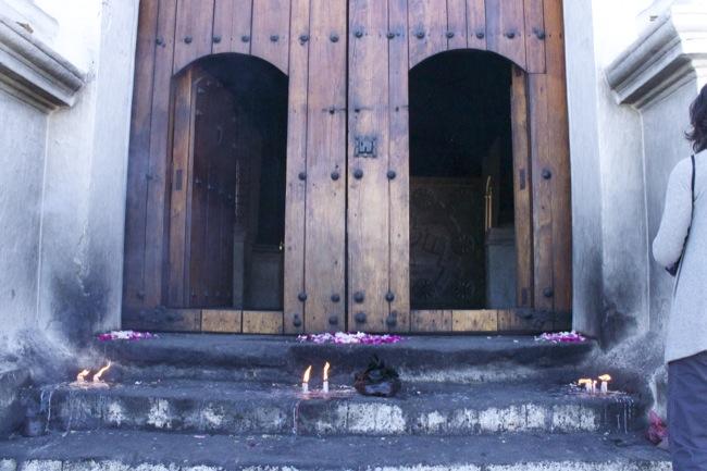 Before the doors of Iglesia de Santo Tomás